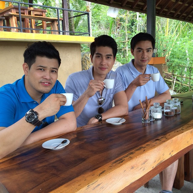 Credit photo asean yummy ig: โอ๊ะธาวินถนัดซ้ายแต่ยกแก้วกาแฟด้วยขวาเหรอ