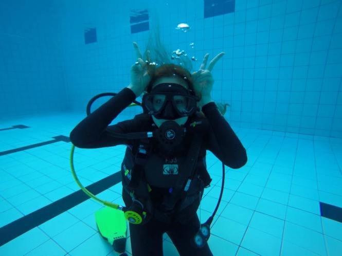 Credit photo scuba jamboree fb: ท่าบังคับของอาจารย์วินป่าวค่ะเนี้ย ต้องสามารถทำท่ากระตายน้อยใต้น้ำได้