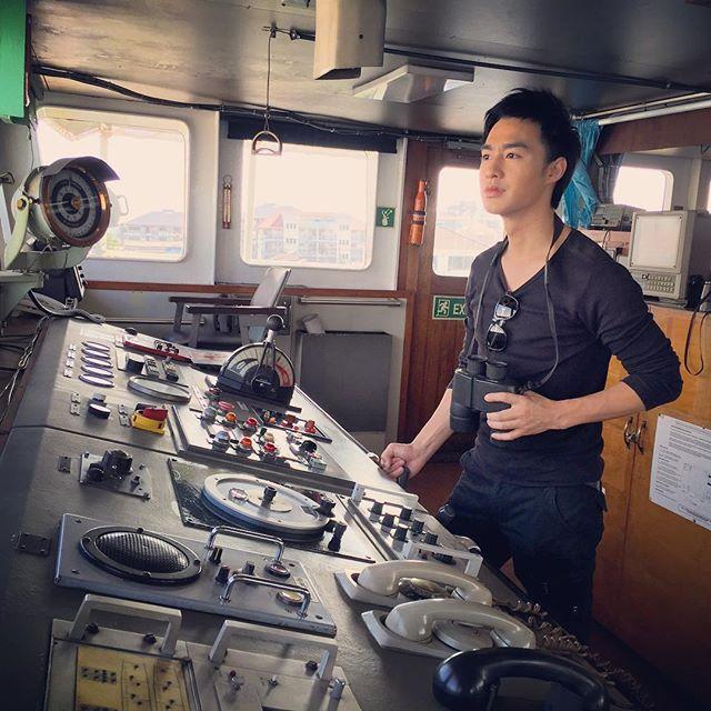 Credit photo tawinxy ig: ชอบซินะไม่ได้ไปดำน้ำได้ขึ้นเรื่อถ่ายละครก็ยังดี งานถนัดคือออกทะเล อุ้ยออกกอง เฮอ เฮอ
