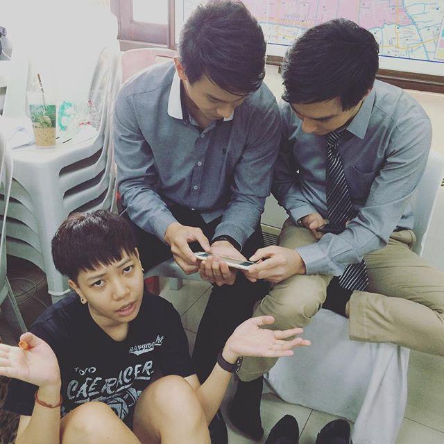 Credit photo tan_oze ig: รูปนี้สองพระเอกนี่สนใจมือถือกันหนักมากนะคะ