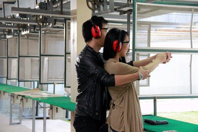 Credit ไทยรัฐ ฉบับวันที่ 7 พฤษภาคม 2559: เอิ่มอยากเรียนยิงปืนใช่ไมคะ ฮุ ฮุ